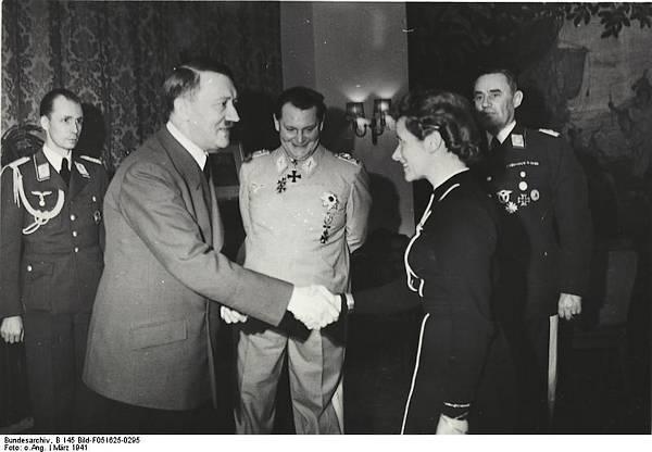 Reitsch ontvangt in 1941 uit handen van Adolf Hitler het IJzeren Kruis. In het midden is Goering te zien, de opperbevelhebber van de Luftwaffe.