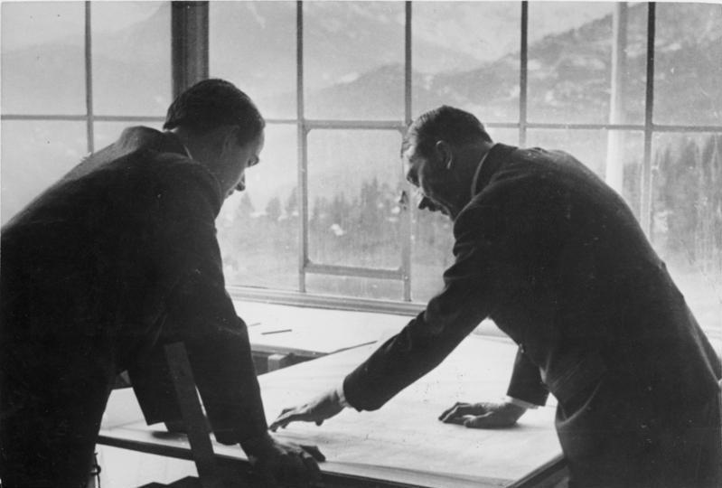 Albert Speer en Hitler op de Obersalzberg 1938 (cc - Bundesarchiv)