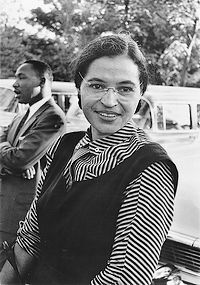 Rosa Parks rond 1955 - op de achtergrond Martin Luther King