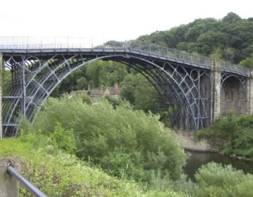 Iron Bridge, de eerste gietijzeren brug ter wereld over de Severn in Engeland (CC BY-SA 3.0 - Boerkevitz - wiki)