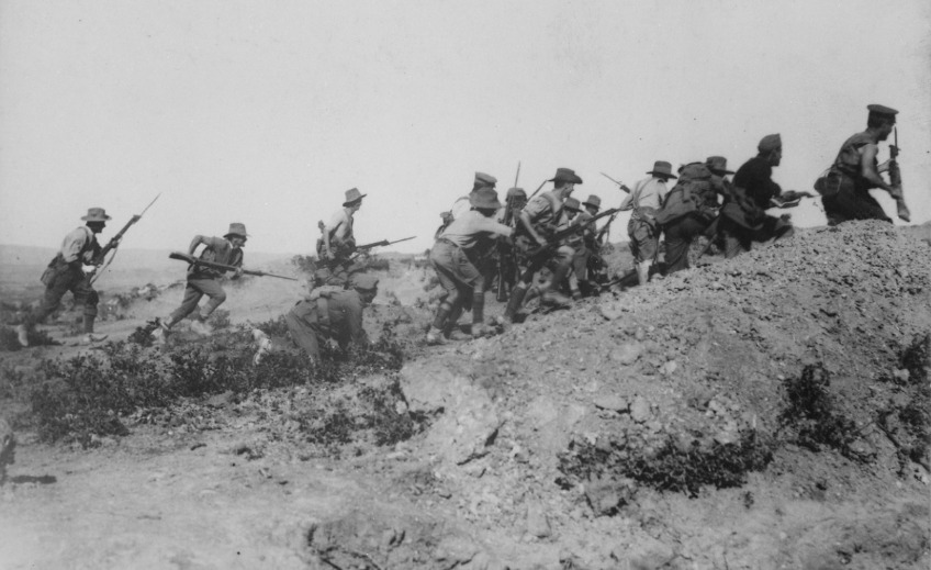 Australische troepen bestormen een Ottomaanse stelling tijdens de Slag om Gallipoli (cc - IWM)