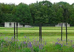 Vrijwel alle authentieke gebouwen van voormalig kamp Westerbork zijn verwijderd, op het terrein verwijzen symbolische reconstructies naar voormalige kampgebouwen en barakken.