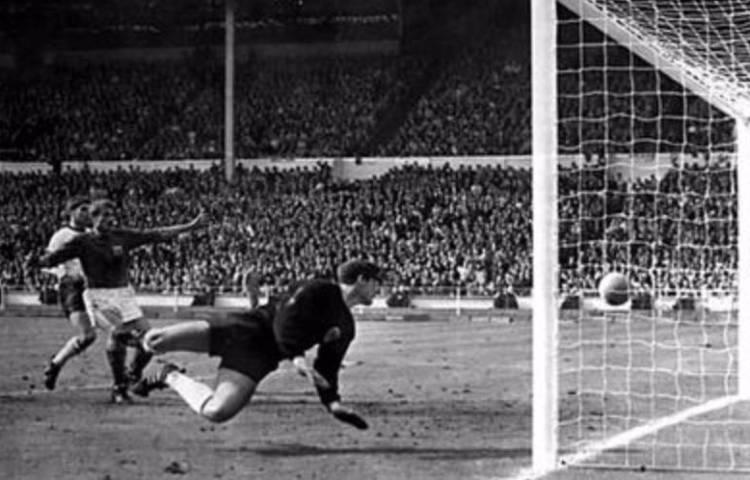 Goal van Geoff Hurst tijdens de finale (wiki)