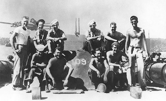 John F. Kennedy (staand rechts) met enkele andere bemanningsleden van motortorpedoboot PT-109 - Foto: US Navy