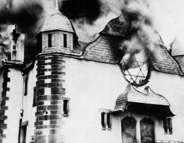 Brandende synagoge tijdens de Kristallnacht