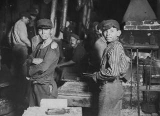 Kinderen in een fabriek (Lewis Hine, 1908)