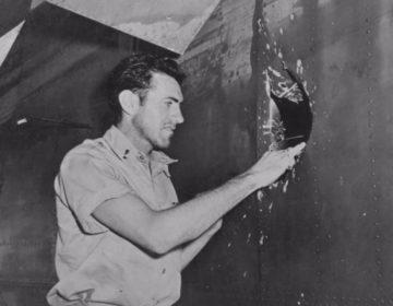 Zamperini onderzoekt een gat in de bommenwerper B-24 Liberator (1943)