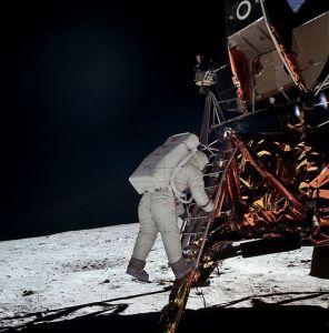 De Amerikanen zetten voet op de maan