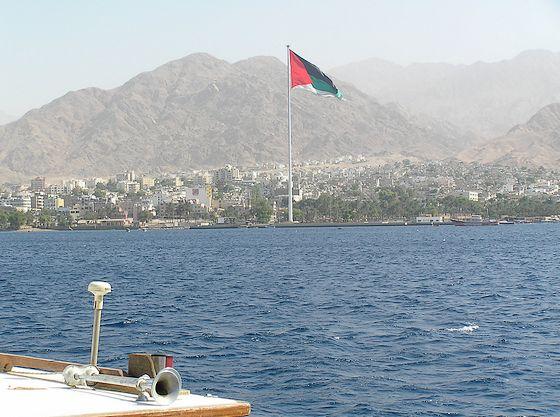 Arabische vlag in top boven Akaba – Foto: Jan van Oudheusden