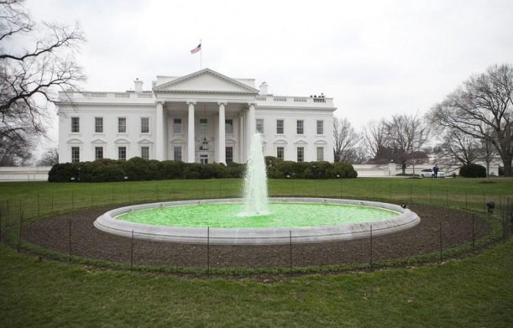 Witte Huis met een groene fontein naar aanleiding van Saint Patricks Day, 2009 - cc