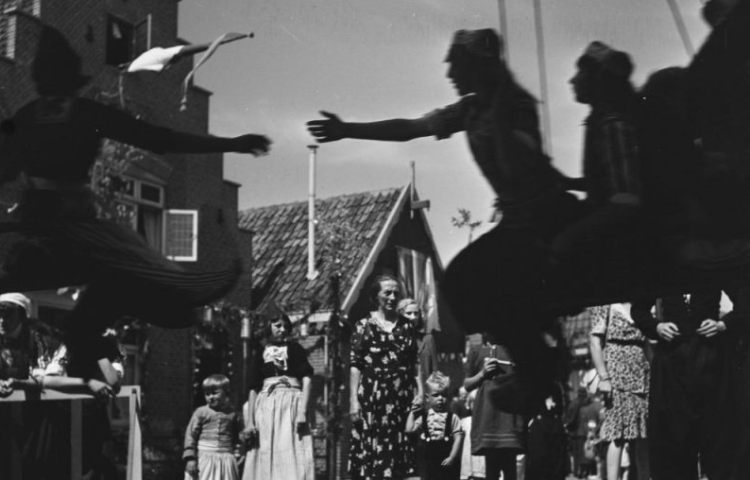 Bevrijdingsfeest Volendam 1945 - Emmy Andriesse, ANEFO (CC BY-SA 4.0 - wiki)