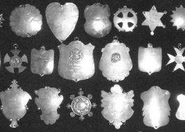 Een aantal van de koningsplaten – Foto: Broederschap Sint Sebastianus