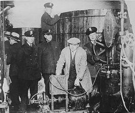 Politieagenten rollen een illegale brouwerij op tijdens de drooglegging