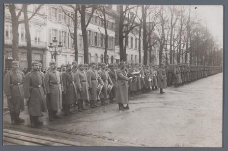 Op de Kouter (een plein in Gent) werden tijdens de oorlogsjaren elke zondag militaire concerten georganiseerd door het Duitse leger - ©Uitgeverij Lannoo / Erwin De Decker