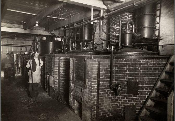 Kijkje in de distilleerderij van Van Zuylekom Levert & Co, Amsterdam, 1919 Fotograaf: C.J. Hofker - Spaarnestad Photo