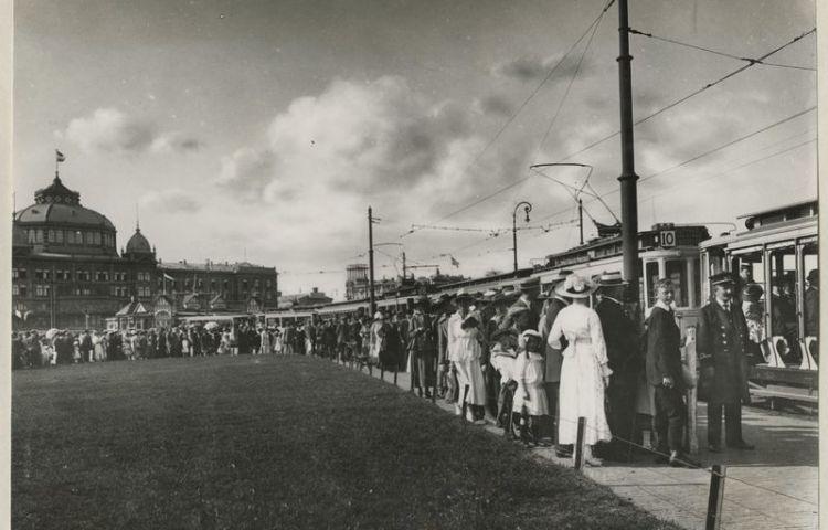 Drukte bij de elektrische tram op het Gevers Deynootplein in Scheveningen, foto gemaakt door onbekende fotograaf rond 1915 – Collectie Haags Gemeentearchief.