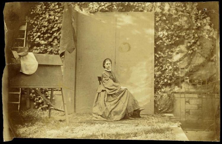 Alexine in de tuin van het huis Lange Voorhout 32, vermoedelijk zomer 1860, albuminedruk – Afdrukken van deze foto werden gebruikt om uitsnedes te maken van Alexine's portret. Deze konden dan gebruikt worden als carte de visite. (Collectie Nationaal Archief/collectie De Constant Rebecque, Den Haag)