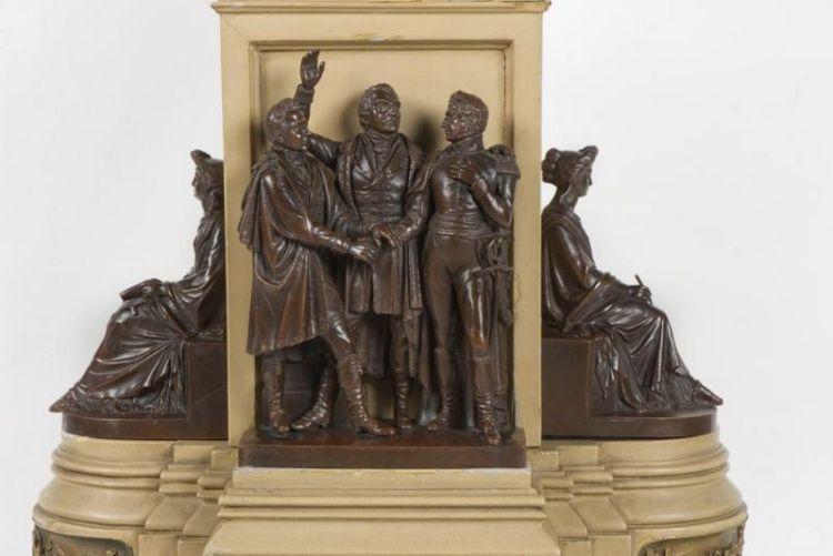 Het Driemanschap, met van links naar rechts: Gijsbert Karel van Hogendorp, Frans Adam van der Duyn van Maasdam en Leopold van Limburg Stirum. Aan de zijkanten van het Monument bevinden zich beelden van vrouwenfiguren die de Religie (links) en de Geschiedenis (rechts) uitbeelden.