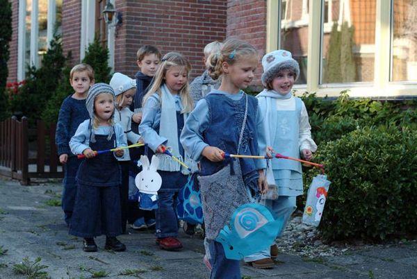 Kinderen met lampionnen tijdens Sint-Maarten - Foto: Wiki