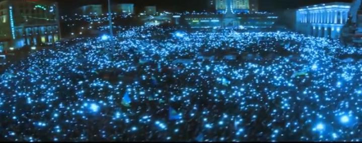 Met hun mobieljes - tijdens het zingen van het volkslied - gaven de demonstranten op 14 december massaal van hun aanwezigheid blijk. (Beeld van video-opname)