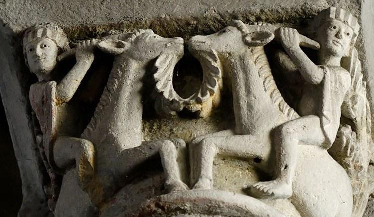 Bokkenrijders op een 12e-eeuws kapiteel in de abdij van Mozac