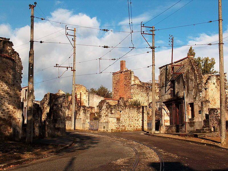 Ruïnes in de hoofdstraat in Oradour sur Glane - Foto: CC