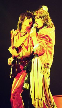 Mick Jagger en Ron Wood in 1975 - Foto: CC/Jim Summaria