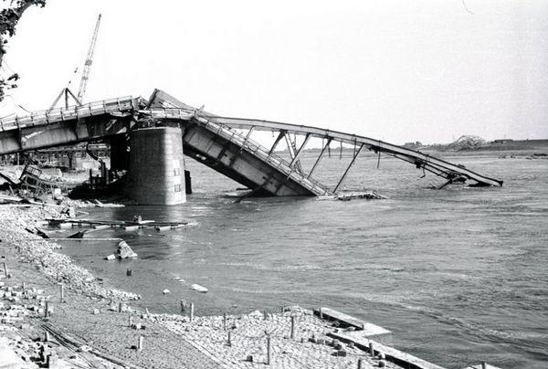 Rijnbrug in Arnhem (Nico Kramer - Gelders Archief)