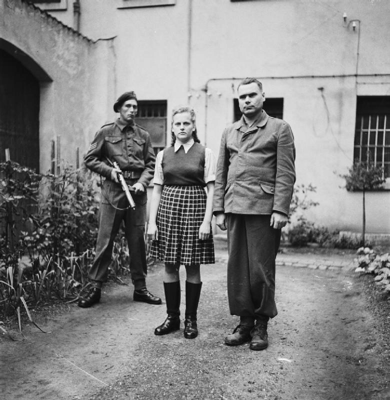 Irma Grese en de kampcommandant van Bergen-Belsen, Josef Kramer, als gevangenen, augustus 1945.