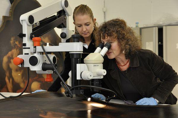 Carol Pottasch, restaurator van het Mauritshuis en projectleider van het restauratieproject Pellegrini (Mauritshuis-Ivo Hoekstra)