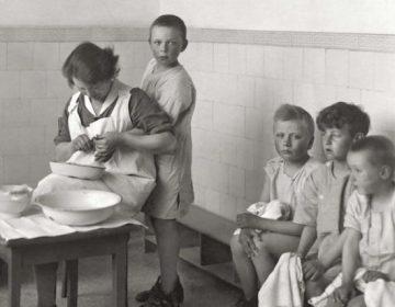 Detail van de boekcover van 'De kinderkolonie' van Wil Schackmann