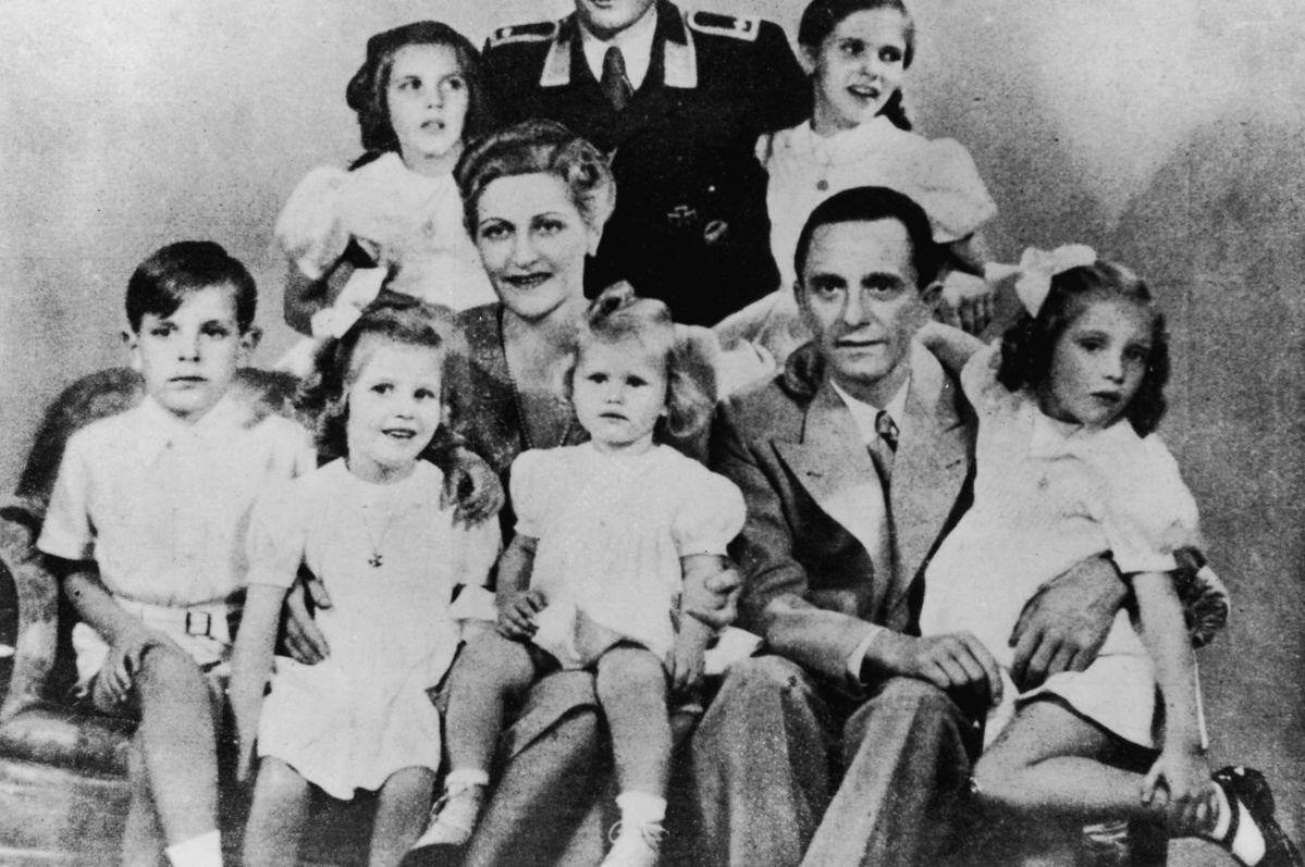 Joseph en Magda Goebbels met hun zes (Bundesarchiv)