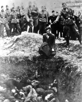 Terwijl zijn makkers toekijken doodt een Duitse SS-soldaat als laatste een Joodse man in Vinnytsja, een stad 260 km ten zuidwesten van Kiev.
