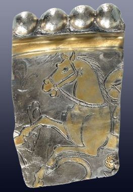 Randfragment van een vergulde zilveren schaal met een oorspronkelijke diameter van c. 70 cm. en een gewicht van ruim 5 kg. Foto Restaura.