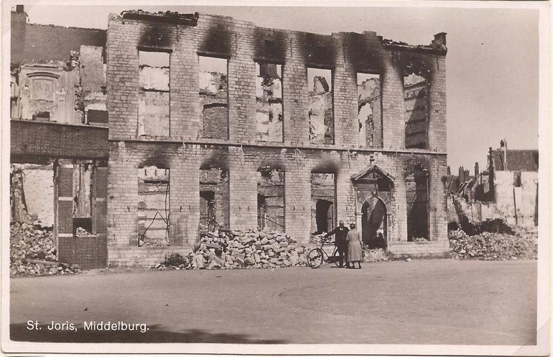 De uitgebrande St. Jorisdoelen. Het dak en de houten tussenverdiepingen zijn verbrand en ingestort (Collectie Antoon Bosselaers)