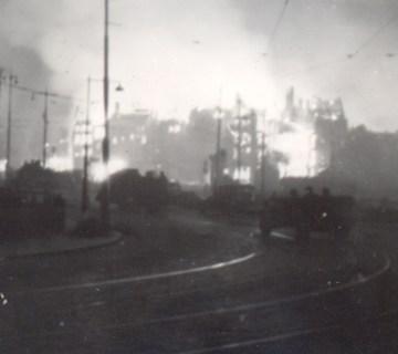 Duitse troepen trekken brandend Rotterdam binnen (foto: waroverholland)