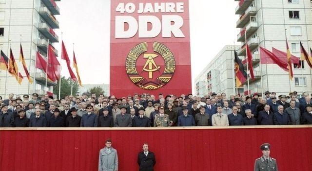 Honecker en Gorbatsjov bij de viering van 40 jaar DDR, één maand voor de val van de muur - Bundesarchiv