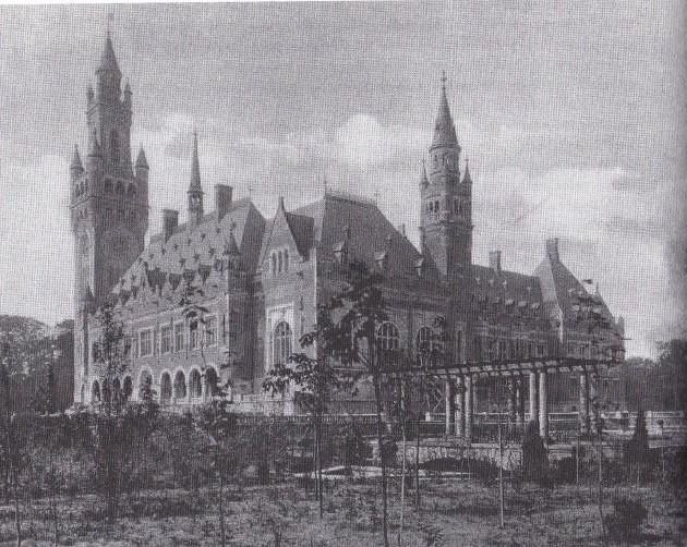Het splinternieuwe Vredepaleis in 1913.