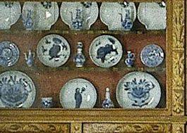 Beschilderde porseleinen borden in het poppenhuis van Petronella Oortman