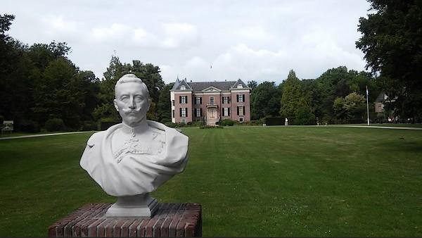 Buste van Wilhelm II met daarachter Huis Doorn (Historiek)