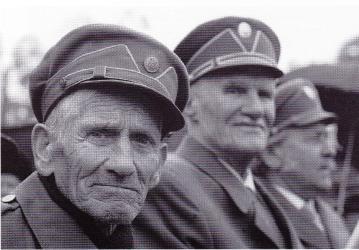 Veteranen van het Oekrainse opstandelingenleger, gefotografeerd in 2009. De huidige generatie is verdeeld over de vraag of men ze moet gedenken als helden die zich tegen het Sovjetbewind verzetten of als schurken die zich met etnische zuiveringen bezighielden.