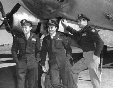 Theodore VanKirk (links) met Paul Tibbets en Tom Ferebee