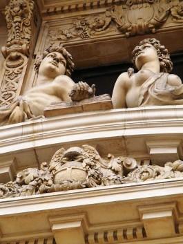 Twee sculpturen aan de buitenzijde van de beurs - cc