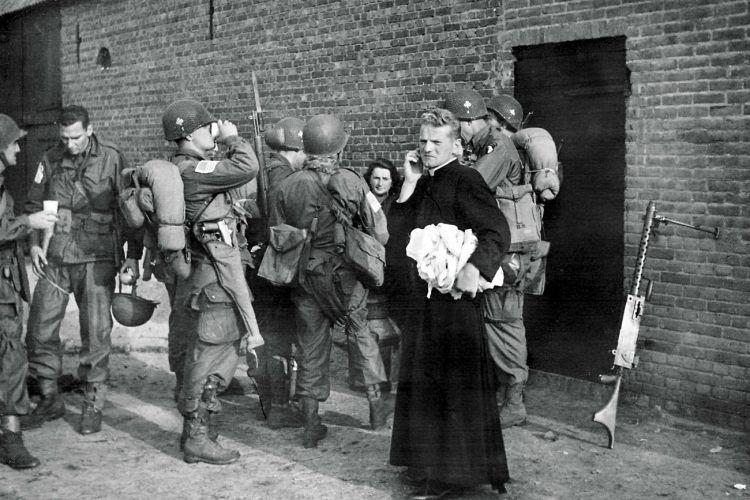 Son, 18 september - De Helenahoeve van de familie Roelfs in de buurt Sonniuswijk doet na de landing dienst als hulppost voor de 101st Airborne Division. Kort na de landing om half een worden er de eerste gewonden binnengebracht. © uit: De bevrijding in Beeld  / Vantilt fragma