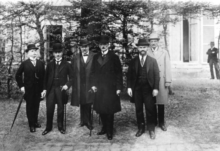 Brockdorff-Rantzau (4e van links) als lid van de Duitse delegatie tijdens de vredesonderhandelingen in Versailles.