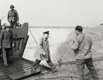 Winston Churchill steekt op 25 maart de Rijn over om in Wesel een kop thee te drinken. - © uit: De bevrijding in Beeld / Vantilt fragma