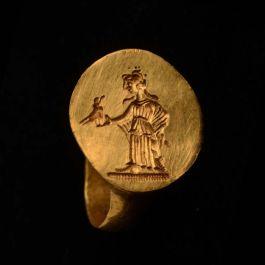 Zegelring (goud, datering 3de eeuw na Chr., diameter 1,7 en 1,8 cm., gevonden in Carthago) Collectie: Musée national de Carthage, Tunesië