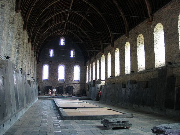 De refter van de Sint-Baafsabdij met zijn museum voor stenen voorwerpen. - cc