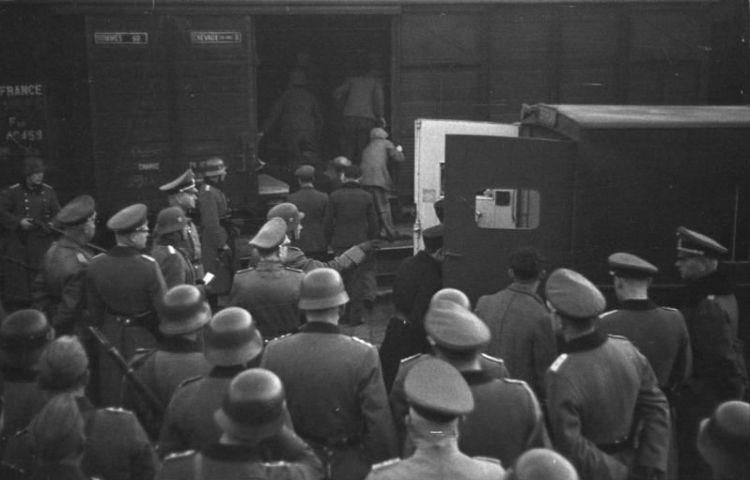 Franse Joden worden vanuit Marseille gedeporteerd, 1943 (Bundesarchiv)