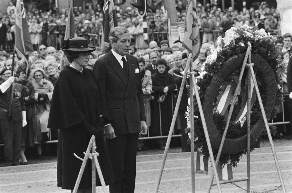 Koningin Beatrix en Prins Claus na hun kranslegging, 1986 (cc - Nationaal Archief - Anefo)